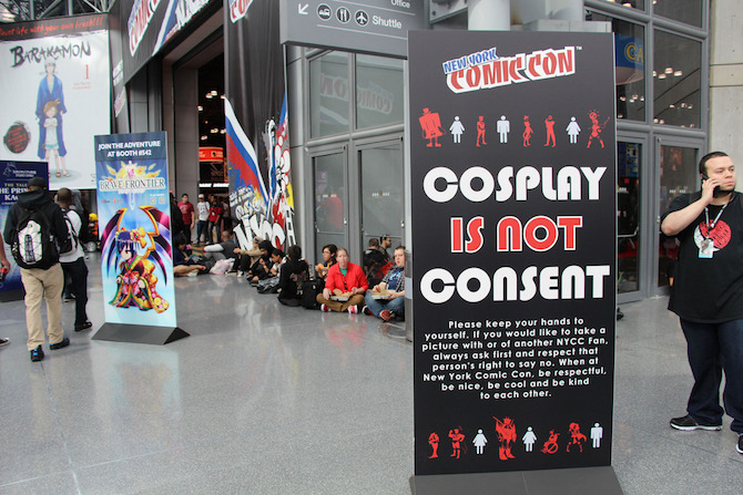 "Un cartellone ""Cosplay is not consent"" alla New York Comic Con 2015 